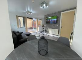 Beautiful 2 Bed House- Birmingham- Broad Street & Brindley Place- 10 min walk from Bullring, 02 Arena, New Street Station & Grand Central, budget hotel in Birmingham