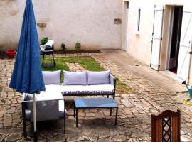 Chambre privée dans maison centre-ville Sens Petit-déjeuner compris, pet-friendly hotel in Sens