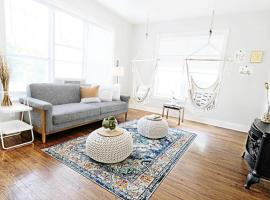 The Dallas Native Near Downtown and Greenville Ave, vacation rental in Dallas