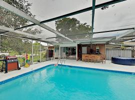 Spacious & Lovely Home with Lanai, Pool & Hot Tub home, vacation rental in Clearwater