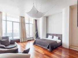Loft studio with Sauna and city view by URBAN RENT, hotel in Vilnius