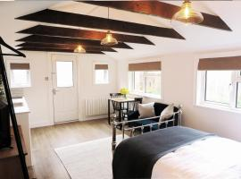 The Annexe - private, self-contained with parking, apartment in Southampton