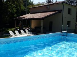 Holiday house Nono with outdoor jacuzzi and a swimming pool, hotel in Pazin