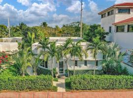 GLAMOROUS BEACH VILLA WITH HEATED POOL NEAR SOUTH BEACH AND STEPS FROM THE BEACH, villa in Miami Beach