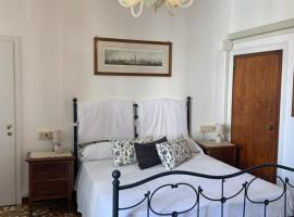 B&B Al Teatro with canal view, B&B in Venice