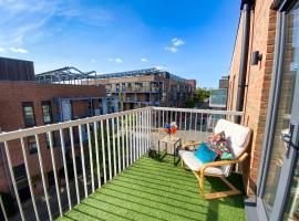 Penthouse Apartment in Central MK with Balcony, Free Parking & Netflix by Yoko Property for Contractors, Relocation & Business Travellers, hotel in Milton Keynes