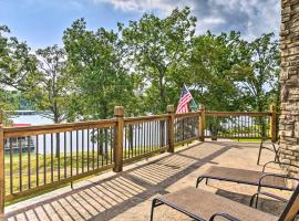 Large Lakeside Lodge with Dock and Private Hot Tub, villa in Branson