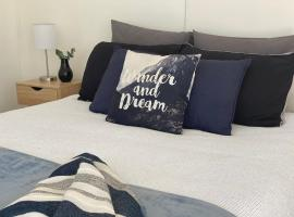 Surf N Stay Whangamata, guest house in Whangamata