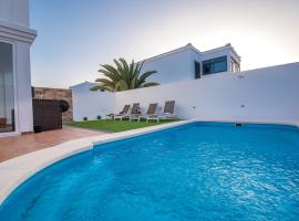 Villa with 2 bedrooms in Playa Blanca with wonderful mountain view private pool furnished terrace 2 km from the beach, cottage in Playa Blanca