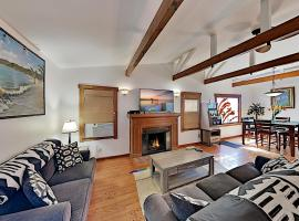 Venice Cottage with Carport, 1 Block to Beach! Duplex, apartment in Los Angeles