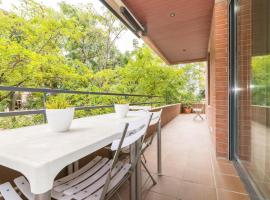 Apartment Guell, hotel near Badal Metro Station, Barcelona