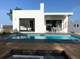 Cairnvillas: Villa Solar - Luxury Villa with private swimming pool near beach, hotel en Aljezur