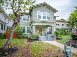 HUGE Remodeled 5BR 4BA House Sleeps 20 Downtown, villa in San Antonio
