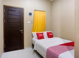 OYO 3516 Kinawa Family Residence, hotel di Madiun