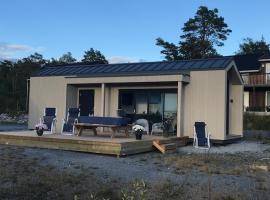 Hytte med sjøutsikt og 20 min fra dyreparken, hotel in Grimstad