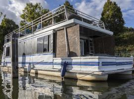 Riverscapes American House-Boat plus hot tub, hotel in East Molesey