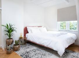 Newly renovated 2 bedroom studio on perfect location, hotel in Amsterdam