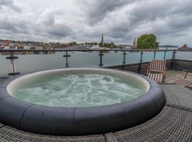 Central Penthouse with Private Hot Tub and View, hotel in Cheltenham