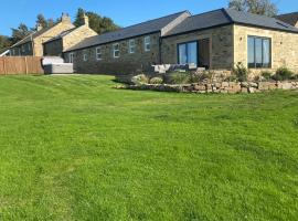 Priestfield Farm Cottages, hotel in Lintz Green