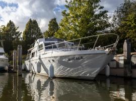 Riverscapes Classic French Motor Yacht, hotel near Thorpe Park, East Molesey
