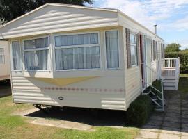 Large 6 Berth Caravan on Pet Friendly Hemsby Holiday site, apartment in Hemsby