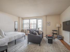 Cozy DT Studio with Balcony by Zencity, vacation rental in Saint Louis