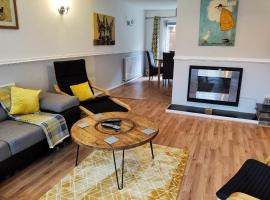 Huge House available for guests and contractors WiFi Parking, hotel in Watnall Chaworth
