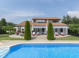 Beautiful villa with a large pool and wonderful garden for your dream vacation, hotel in Nova Vas