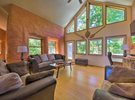 Peaceful Custom Carbondale Home with Pool Near SIU!, hotel in Carbondale