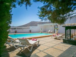 Villa Nicolivos - 5 Bedroom Villa - Rural Location with Mountain Views - Perfect for Families, vacation home in Mácher