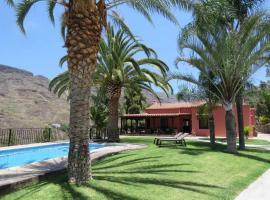 Gran finca con 5 dormitorios 4 baños y piscina privada climatizada, lodge in Mogán