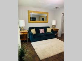 Chic Home Cabin Like Sleeps Up to 14 on 1.5 Acres, vacation rental in Memphis