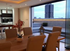 1804 Johannesburg City Penthouse with Rooftop Hot Tub, apartment in Johannesburg