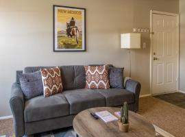 Comfy 1BR Apt with Parking by Frontdesk, vacation rental in Albuquerque