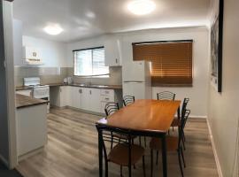 Robyn Road Accomodation - 3 bedroom House, hotel near Illawarra Regional Airport - WOL,