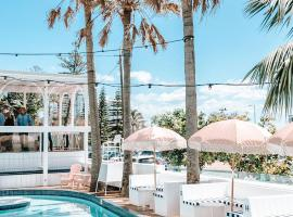 Komune Resort and Beach Club Greenmount Beach, hotel in Gold Coast
