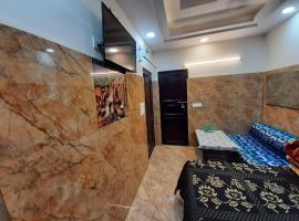 Cream Location,wifi With Android Tv, Luxury Room, luxury hotel in New Delhi