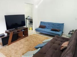 Quarto simples com cama de casal, hospedagem domiciliar em Fortaleza