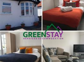 2 Bed Bungalow at Greenstay Serviced Accommodation - Ideal for Contractors, Relocations, Essential Workers, Parking , Netflix and Wi-Fi, hotel in Rhyl