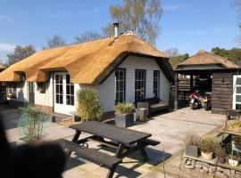 Veluws rietgedekt bungalow met hottub, accommodation in Ermelo