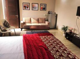 Modern Room w/Bathtub &balcony, apartment in New Delhi