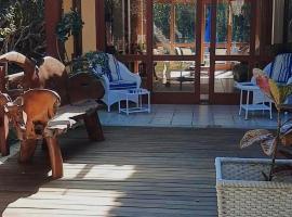 Casa ampla em condomínio fechado com área de lazer completa, hotel with jacuzzis in Búzios
