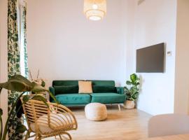 Fantastico apartamento recien renovado con piscina en la azotea, dos dormitorios y aparcamiento gratuito en la calle., hotel cerca de Museo de Artes y Costumbres Populares, Sevilla