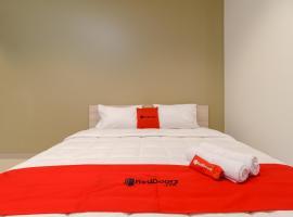 RedDoorz Plus @ Kedoya, hotel near Jakarta Soekarno Hatta Airport - CGK, Jakarta