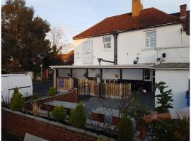 OYO Swan Inn, hotel near London Heathrow Airport - LHR, Stanwell