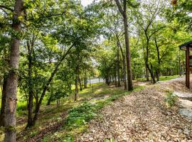 Walk to the Lake from Blue Water Cove Cabin! Indian Point Outdoor Pool Open, villa in Branson