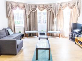 Spacious Canary Wharf Apartment with Large Garden & Parking, hotel in London