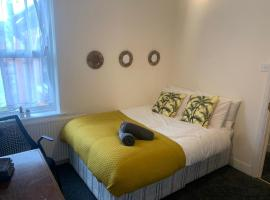 Stylish 6 Bedroom Home, hotel in Reading