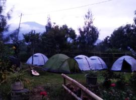 Bale Oma Camp & Cottage, glamping site in Sajang