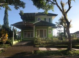 Puncak Resort International, hotel with parking in Cianjur